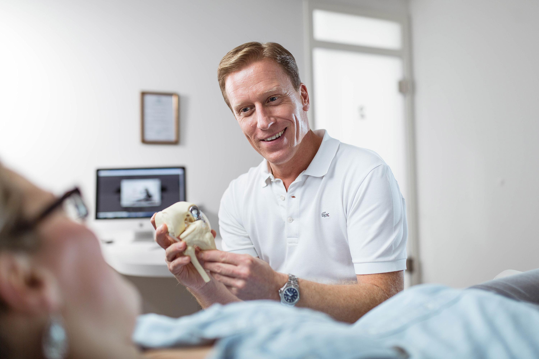 Arzt mit Kunde bei einem Werbeshooting für die PVS, durchgeführt von der Werbeagentur Medien Formen Werte aus Münster.