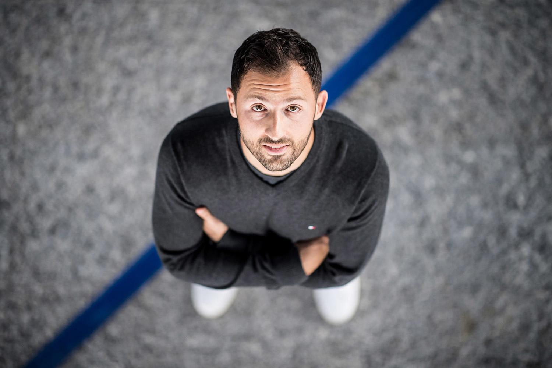 Schalkes Trainer Domenico Tedesco guckt nach oben. Werbeshooting durchgeführt von der Werbeagentur Medien Formen Werte aus Münster