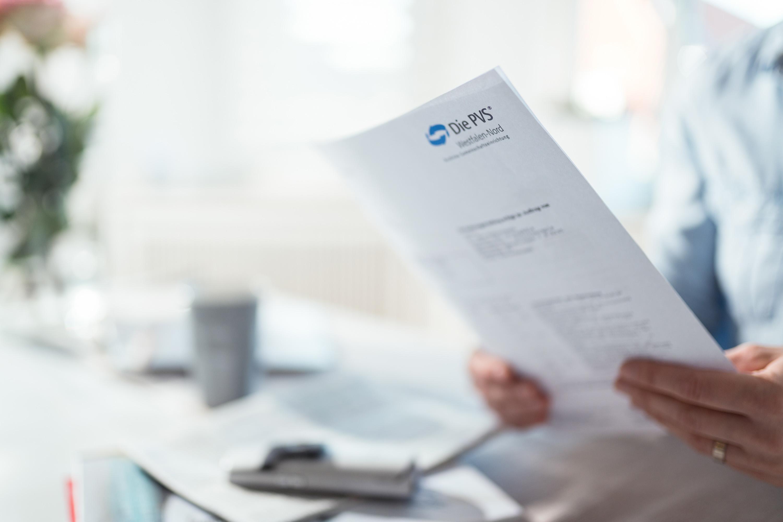 Formulare der PVS im Vordergrund bei einem Werbeshooting für die PVS, durchgeführt von der Werbeagentur Medien Formen Werte aus Münster