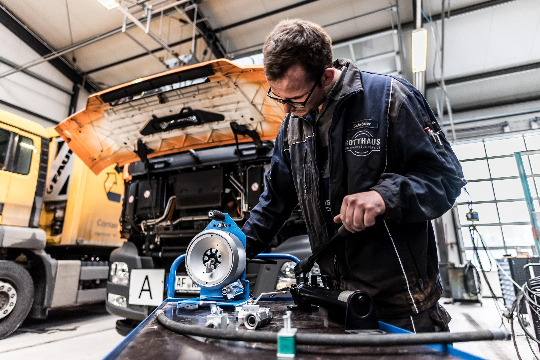 Tätigkeiten vom Mitarbeiter des Rotthaus Nutzfahrzeug Service in Everswinkel. Werbeshooting durchgeführt von der Werbeagentur Medien Formen Werte aus Münster