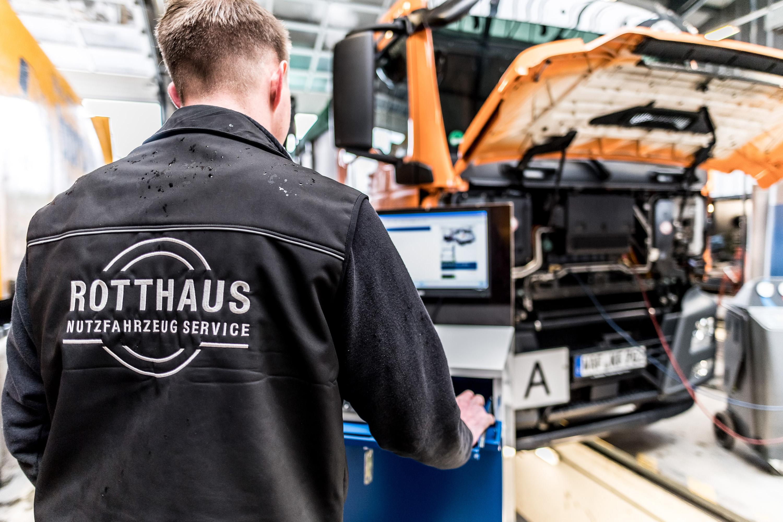 Mitarbeiter der Rotthaus Nutzfahrzeug Service in Everswinkel. Werbeshooting durchgeführt von der Werbeagentur Medien Formen Werte aus Münster