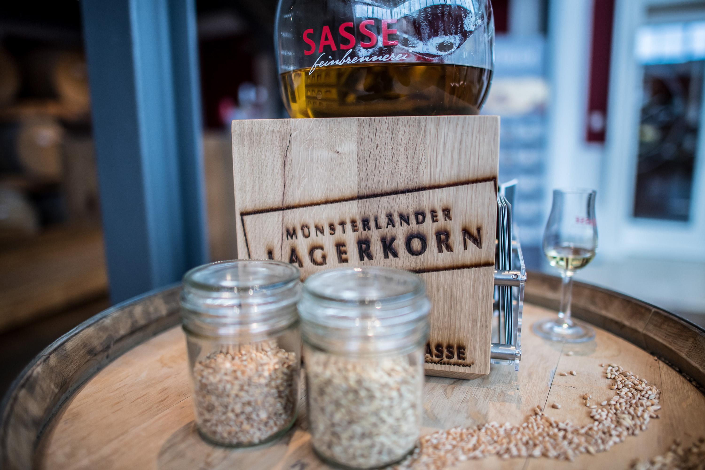 Veranschaulichung verschiedener Kornsorten und das fertige Destillat aus dem Münsterlaender Lagerkorn der Sasse Feinbrennerein. Werbeshooting durchgeführt von der Werbeagentur Medien Formen Werte aus Münster