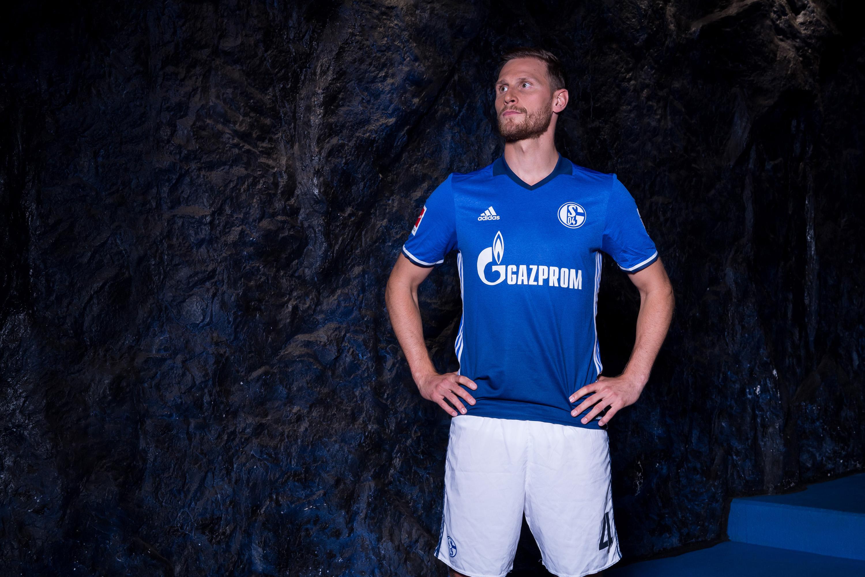 FC Schalke 04 Fußballspieler bei einem Werbefotoshooting für die Volksbank, durchgeführt von der Werbeagentur Medien Formen Werte aus Münster.