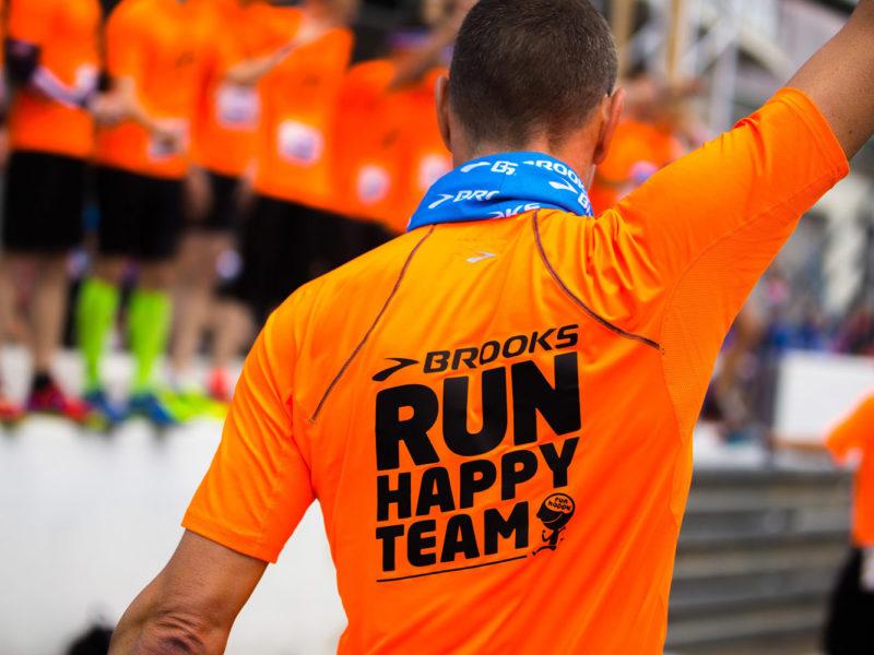 Läufer haben Spaß am Teamlauf bei einem Werbeshooting für den Sportartikelhersteller Brooks. Durchgeführt von der Werbeagentur Medien Formen Werte aus Münster