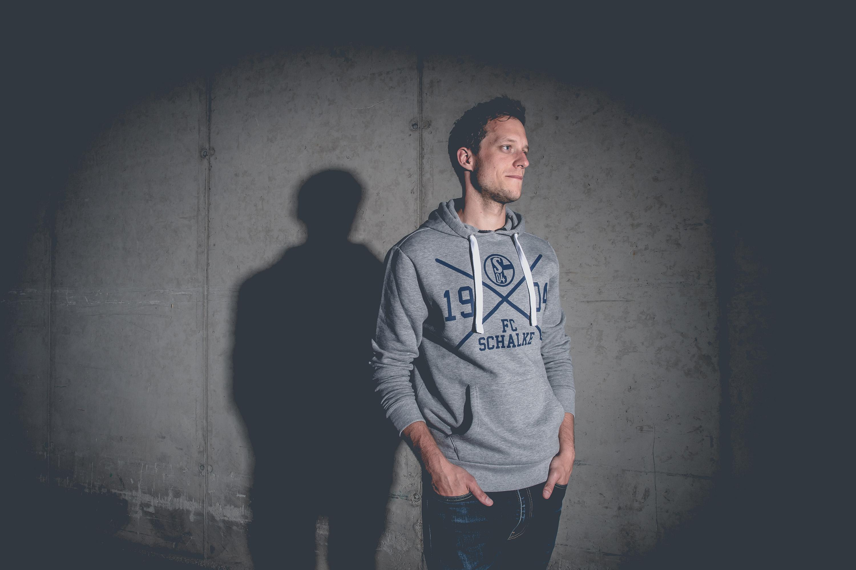 Mann trägt Pullover des FC Schalke 04 bei einem Katalog Fotoshooting für den FC Schalke 04, durchgeführt von der Werbeagentur Medien Formate Werte aus Münster