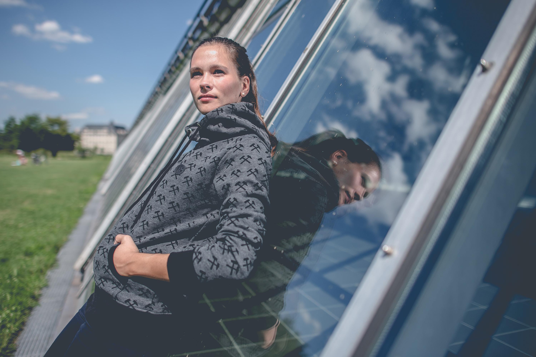 Frau trägt Pullover des FC Schalke 04 bei einem Katalog Fotoshooting für den FC Schalke 04, durchgeführt von der Werbeagentur Medien Formate Werte aus Münster