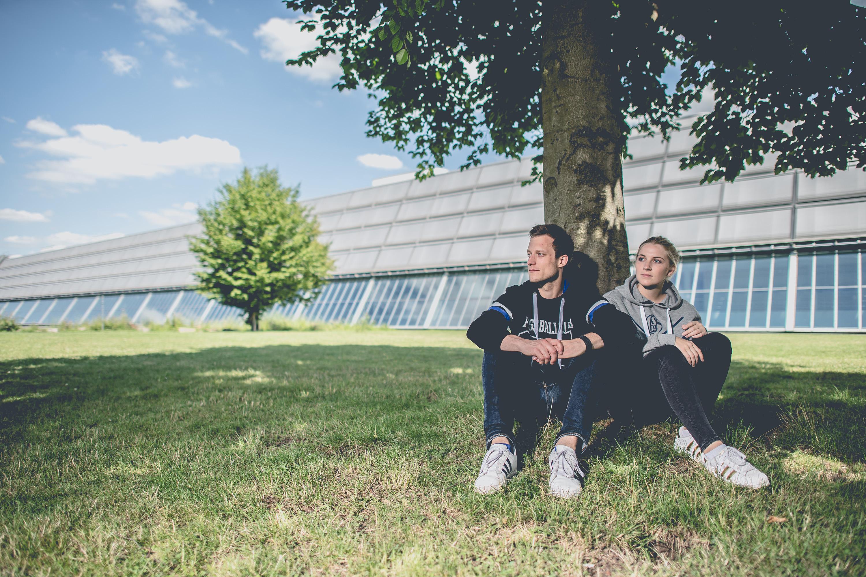 Mann und Frau tragen Pullover des FC Schalke 04 bei einem Katalog Fotoshooting für den FC Schalke 04, durchgeführt von der Werbeagentur Medien Formate Werte aus Münster