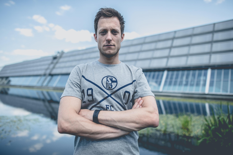 Mann trägt T-Shirt des FC Schalke 04 bei einem Katalog Fotoshooting für den FC Schalke 04, durchgeführt von der Werbeagentur Medien Formate Werte aus Münster