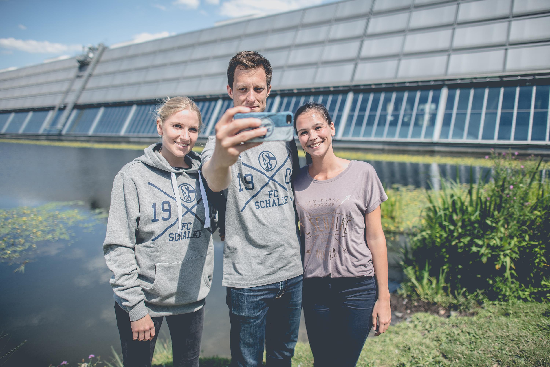 Selfie mit Kleidung des FC Schalke 04 bei einem Katalog Fotoshooting für den FC Schalke 04, durchgeführt von der Werbeagentur Medien Formate Werte aus Münster