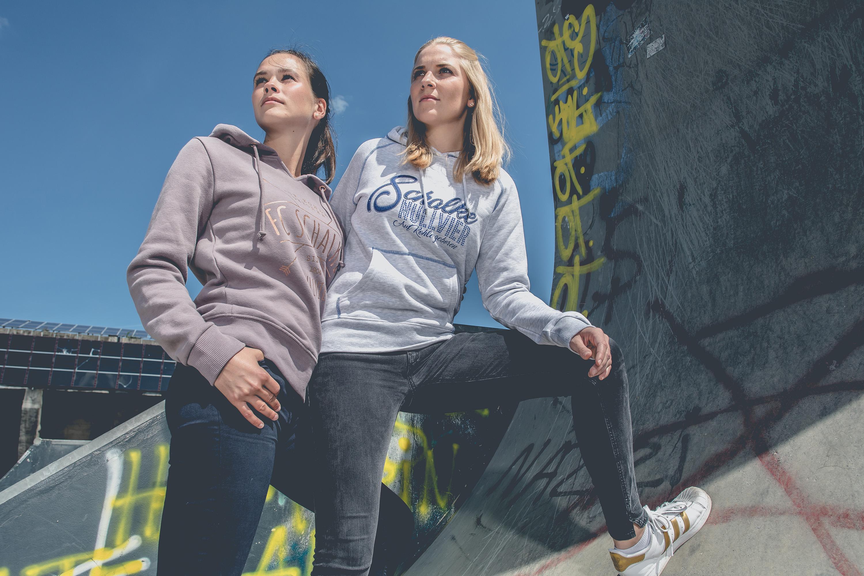 Die zwei Frauen tragen Pullover des FC Schalke 04 bei einem Katalog Fotoshooting für den FC Schalke 04, durchgeführt von der Werbeagentur Medien Formate Werte aus Münster