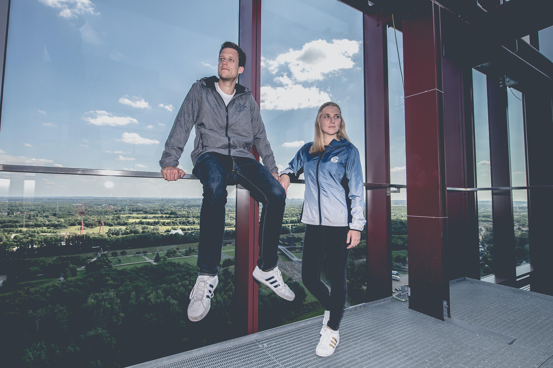 Mann und Frau tragen Jacken des FC Schalke 04 bei einem Katalog Fotoshooting für den FC Schalke 04, durchgeführt von der Werbeagentur Medien Formate Werte aus Münster