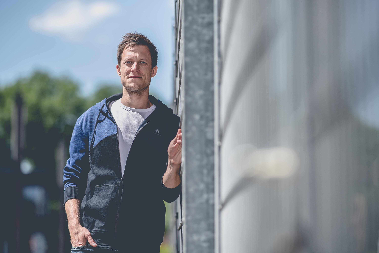 Mann trägt Jacke des FC Schalke 04 bei einem Katalog Fotoshooting für den FC Schalke 04, durchgeführt von der Werbeagentur Medien Formate Werte aus Münster