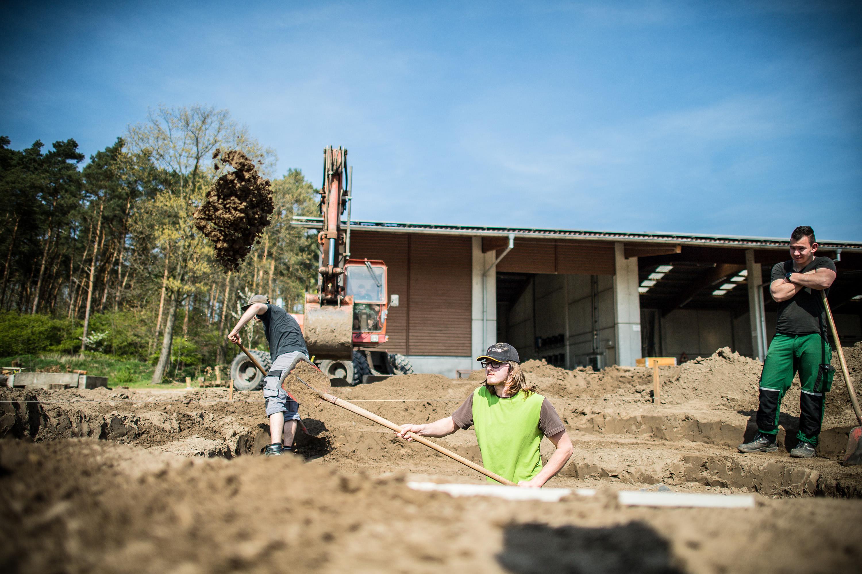 Mitarbeiter schaufeln Erde aus der Grube bei einem Werbeshooting für DEULA, durchgeführt von der Werbeagentur Medien Formate und Werte aus Münster