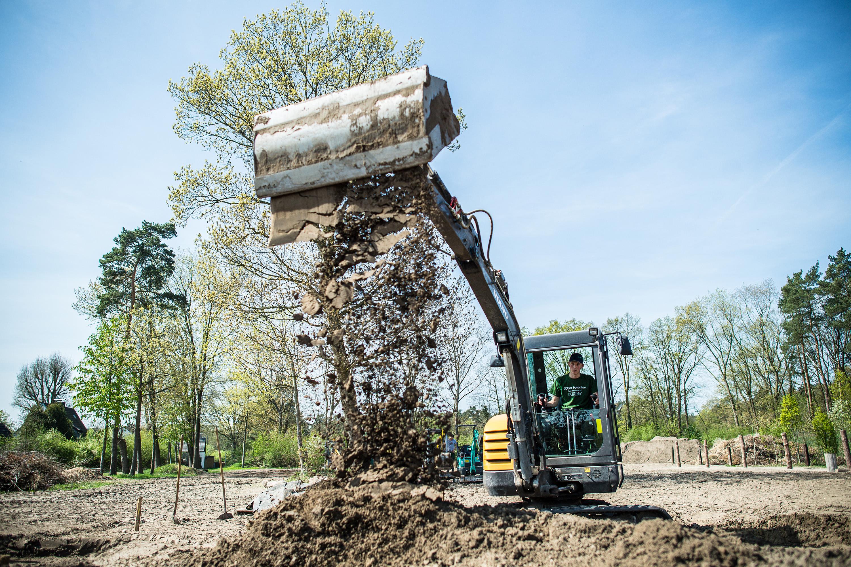 Erde fällt aus der Baggerschaufel bei einem Werbeshooting für DEULA, durchgeführt von der Werbeagentur Medien Formate und Werte aus Münster
