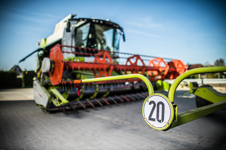 Maschine wartet auf die Ernte bei einem Werbeshooting für DEULA, durchgeführt von der Werbeagentur Medien Formate und Werte aus Münster