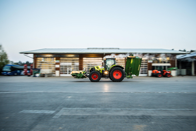 Traktor vor verzerrtem Hintergrund bei einem Werbeshooting für DEULA, durchgeführt von der Werbeagentur Medien Formate und Werte aus Münster