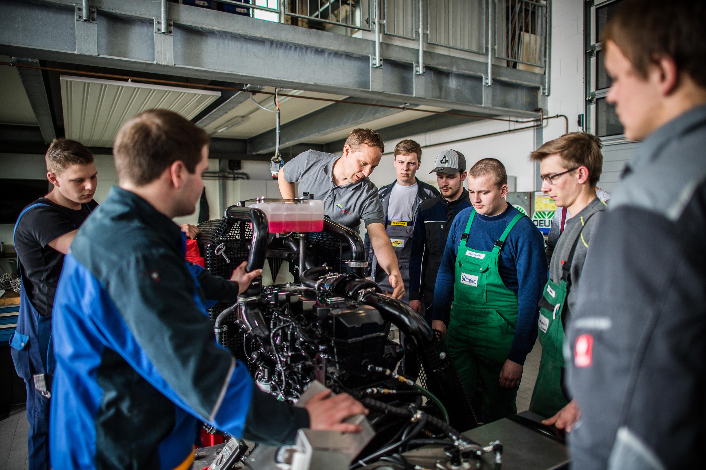 Mitarbeiter lernen an Maschine bei einem Werbeshooting für DEULA, durchgeführt durch die Werbeagentur Medien Formen Werte aus Münster