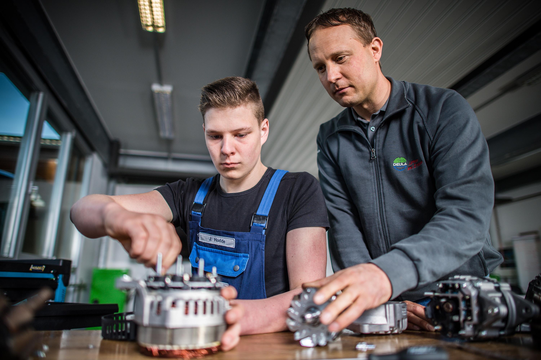 Mitarbeiter lernt an Maschinen bei einem Werbeshooting für DEULA, durchgeführt durch die Werbeagentur Medien Formen Werte aus Münster