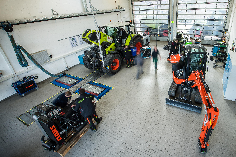 Mitarbeiter arbeiten an Maschinen in Halle bei einem Werbeshooting für DEULA, durchgeführt durch die Werbeagentur Medien Formen Werte aus Münster