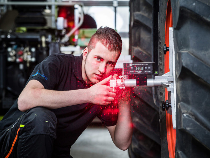Mitarbeiter arbeitet mit Laser bei einem Werbeshooting für DEULA, durchgeführt durch die Werbeagentur Medien Formen Werte aus Münster
