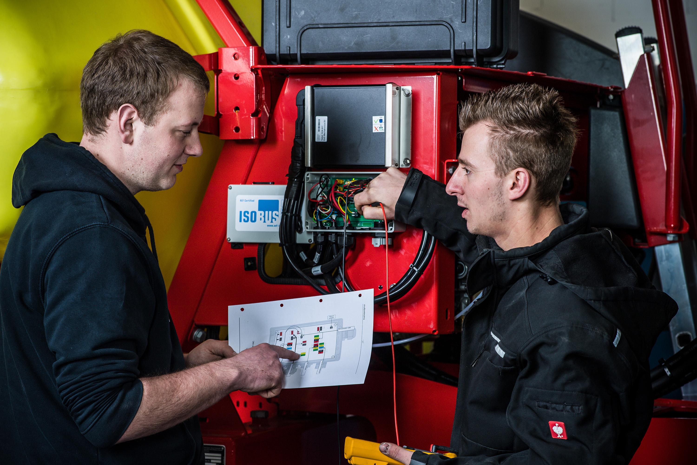Mitarbeiter arbeiten an Maschine bei einem Werbeshooting für DEULA, durchgeführt durch die Werbeagentur Medien Formen Werte aus Münster