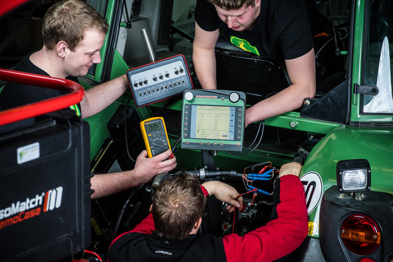 Mitarbeiter arbeiten am Traktor bei einem Werbeshooting für DEULA, durchgeführt durch die Werbeagentur Medien Formen Werte aus Münster