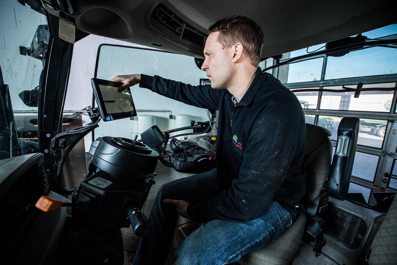 Mitarbeiter sitzt in Traktor bei einem Werbeshooting für DEULA, durchgeführt durch die Werbeagentur Medien Formen Werte aus Münster