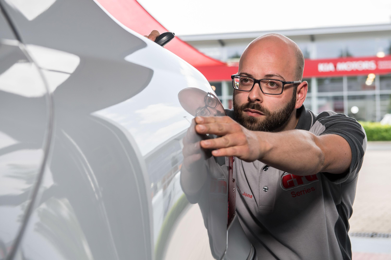 Mitarbeiter der GTÜ Warendorf arbeitet am Auto. Das Werbeshooting wurde von der Werbeagentur Medien Formen Werte aus Münster durchgeführt.