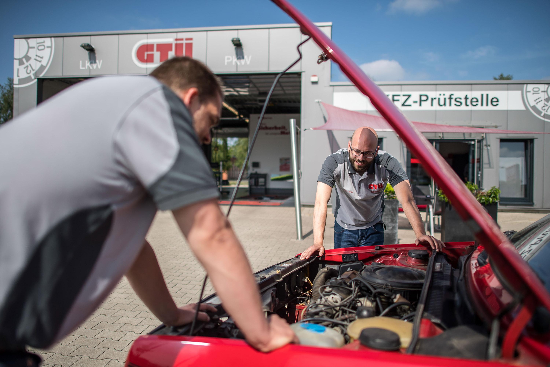 Mitarbeiter der GTÜ Warendorf begutachten Technik im Auto. Das Werbeshooting wurde von der Werbeagentur Medien Formen Werte aus Münster durchgeführt.