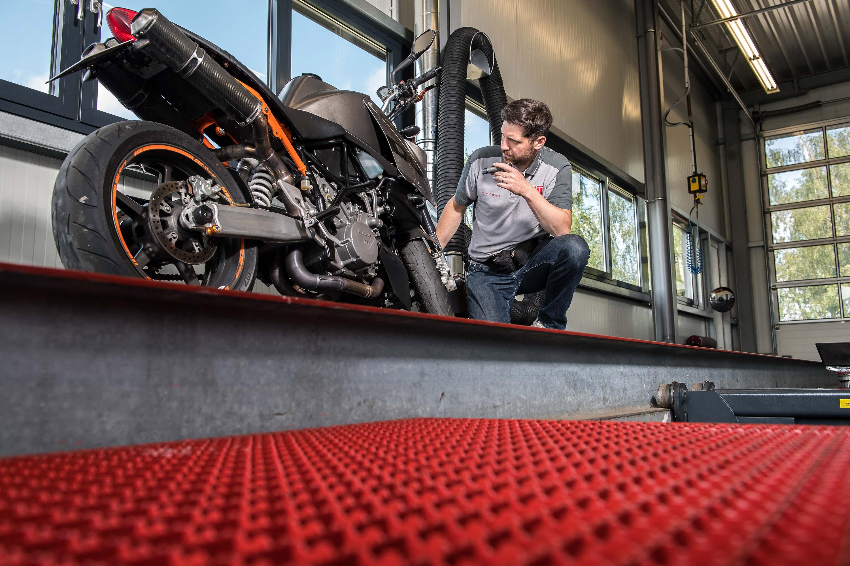 Mitarbeiter der GTÜ Warendorf und Motorrad. Das Werbeshooting wurde von der Werbeagentur Medien Formen Werte aus Münster durchgeführt.