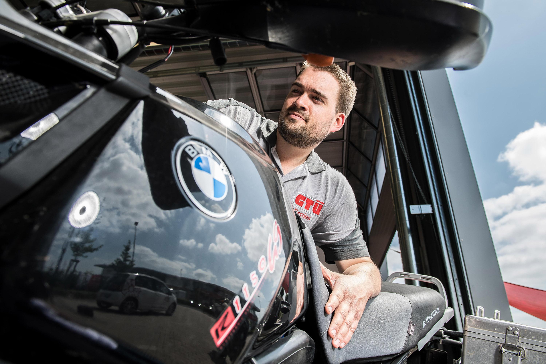 Nahaufnahme von einem Mitarbeiter der GTÜ Warendorf und Motorrad. Das Werbeshooting wurde von der Werbeagentur Medien Formen Werte aus Münster durchgeführt.